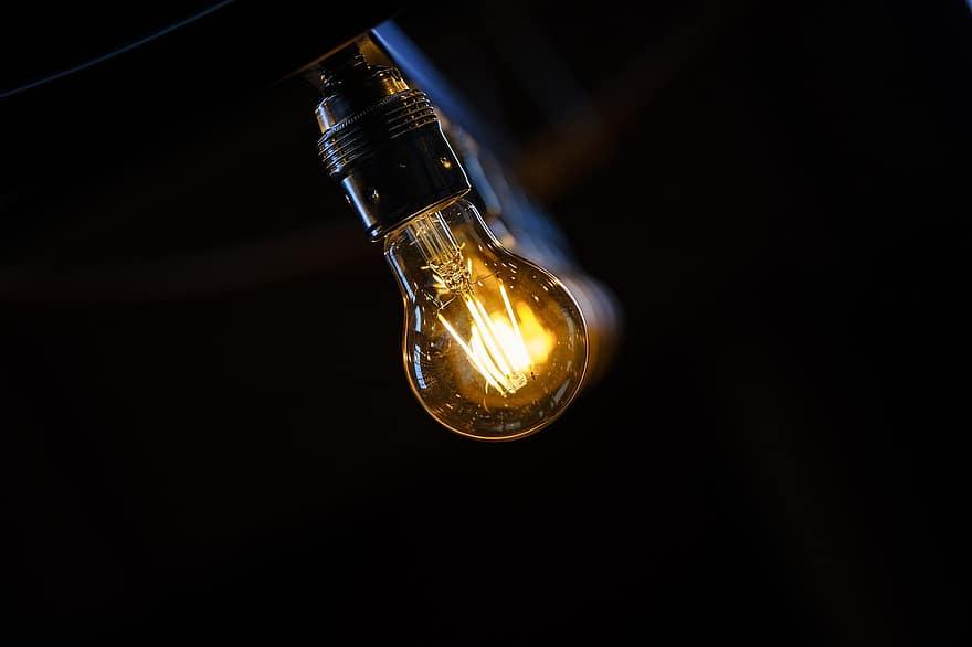 Ahorrar energía en casa es fácil, puedes hacerlo con pequeños gestos como cambiando las bombillas de tu vivienda